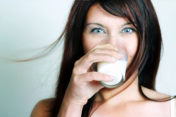 femeie care bea lapte